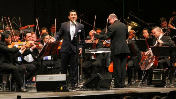Ariel Ardit Singing Tango with Medellin's Philharmonic Orchestra
